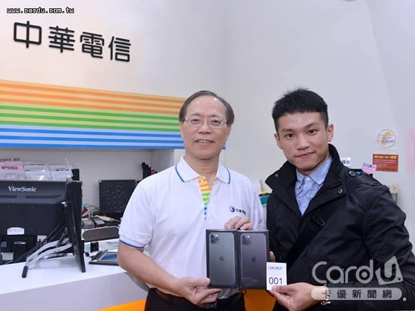 27歲自由業洪先生長排140小時,搶下中華電信頭香,獲得加碼送1支iPhone 11 Pro Max(圖/卡優新聞網)