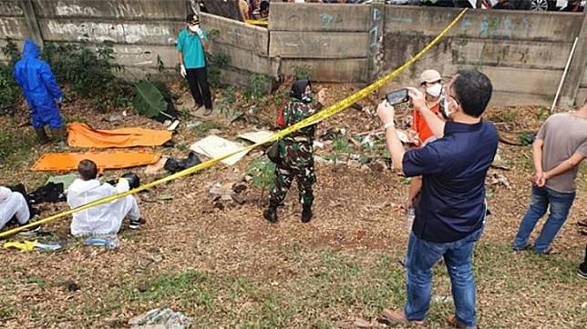Tim gabungan Polisi dan TNI melakukan proses evakuasi dan identifikasi mayat editor Metro TV bernama Yodi Prabowo di pinggi To JORR jalan Ulujami Raya, Pesanggrahan, Jakarta Selatan, Jumat (10/7/2020). (ANTARA/Laily Rahmawaty)