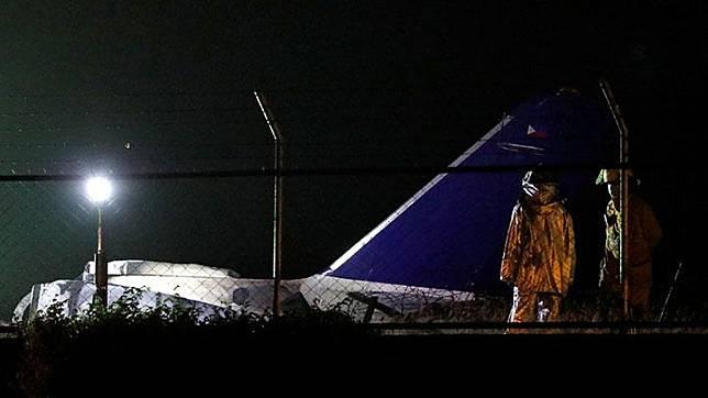 Puing-puing pesawat evakuasi medis Lionair, yang meledak saat lepas landas, terlihat di landasan pacu Bandara Internasional Manila di Pasay City, Filipina, Ahad, 29 Maret 2020. Maskapai penerbangan Indonesia, Lion Air menegaskan tidak terkait dengan kecelakaan pesawat charter Lionair yang berbasis di Manila. REUTERS/Eloisa Lopez