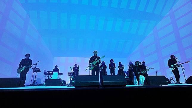 Konser Efek Rumah Kaca dengan tajuk Sinestesia di Taman Ismail Marzuki, Jakarta, Rabu (13/1/2016) malam. Konser ini menyajikan tata panggung dan lampu yang menarik.  Kompas/Hendra A Setyawan (HAS) 13-01-2016