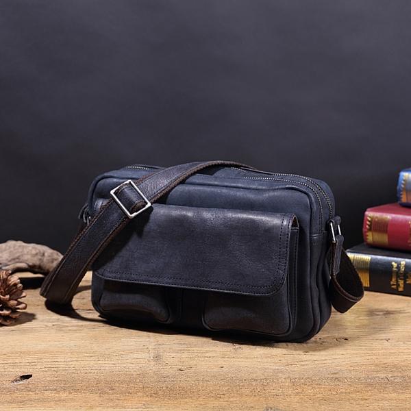 水洗牛革側背包,雙拉鍊隔層好整理。n前方設置雙置物袋可放置手機、行動電源等隨身小物。