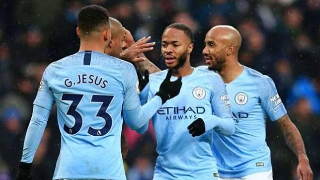 Para pemain Manchester City merayakan gol Raheem Sterling (kedua dari kanan)