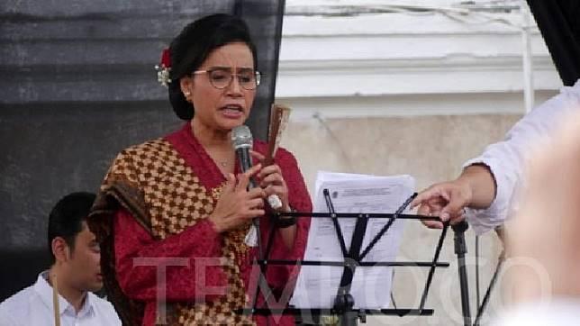 Menteri Keuangan Sri Mulyani Indrawati bernyanyi di panggung, selepas menjadi Pembina Upacara Hari Kemerdekaan RI ke-74 di Kantor Kementerian Keuangan, Jakarta, Sabtu, 17 Agustus 2019. Tempo/Caesar Akbar