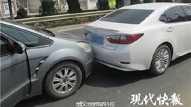南京一名女子為了想認識帥哥,竟然開車追撞對方,只為了要他的電話號碼。(圖/翻攝自現代快報微博)