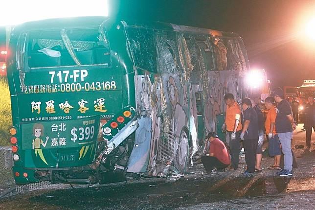 阿羅哈遊覽車衝下邊坡直墜秀水鄉平面道路車禍,造成三名乘客死亡,警消檢視車輛損壞情形。 記者黃仲裕/攝影