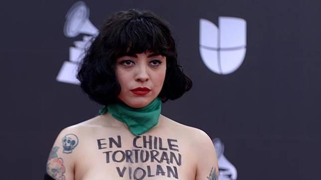 Penyanyi Chile Pamer Payudara di Latin Grammy Awards