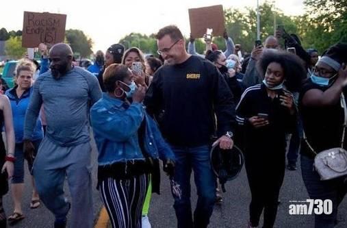 【美國示威】密歇根州警員放下警棍與民同行  警長:我們也是社區一分子 (有片)