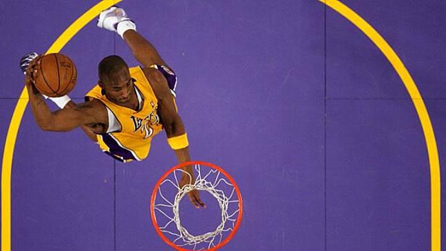 Pemain Los Angeles Lakers Kobe Bryant, melakukan dunk saat melawan New York Knicks pada pertandingan NBA di Los Angeles, 16 Desember 2008. Kobe Bryant juga pernah meraih gelar Most Valuable Player NBA pada 2008. REUTERS/Lucy Nicholson/File Photo