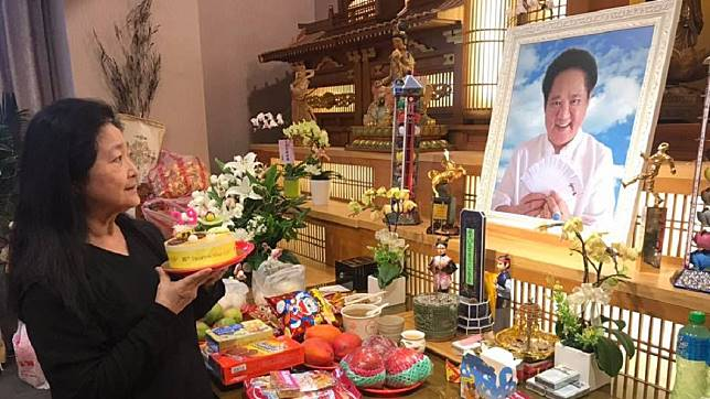 沛小嵐拿著蛋糕獻給馬如龍,悲傷度過結婚39週年紀念日,還對他約定要做七世夫妻。(圖/翻攝自馬如龍臉書粉絲團)