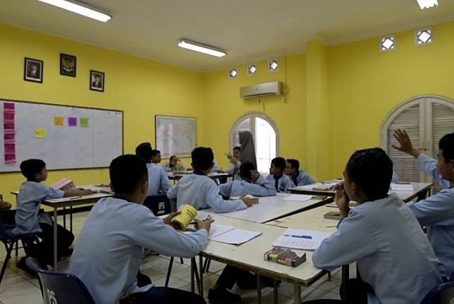 Strategi tepat untuk mempromosikan literasi wakaf adalah melalui sekolah. Wakaf harus menjadi kurikulum formal yang diajarkan di sekolah. Setidaknya, kurikulum wakaf bisa mulai diajarkan pada jenjang Sekolah Menengah Atas (SMA) sederajat.