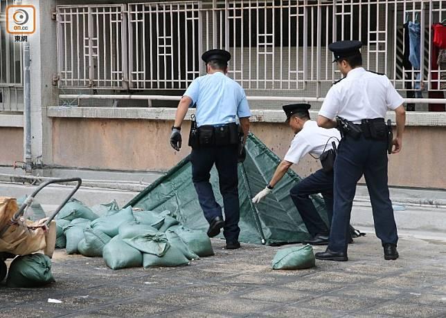 李鄭屋邨男子墮樓亡,警員用帳篷遮蓋遺體。(梁國雄攝)