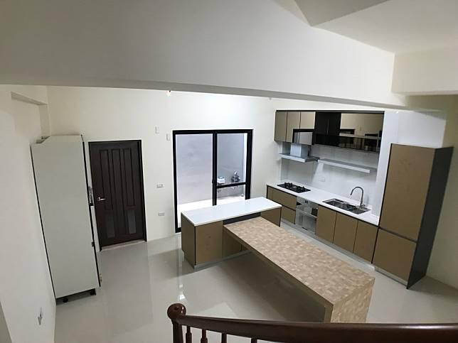 從樓梯間看廚房