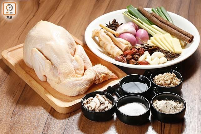 材料方面,除鮮雞外,還有醬料及香料等。(郭凱敏攝)