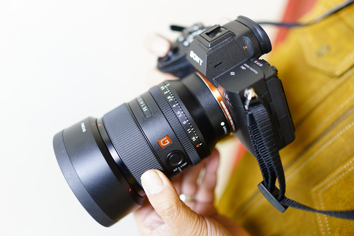 SEL35F14GM 雖然有著 F1.4 的大光圈,但卻僅有 524g 的重量,再加上輕巧的體積設計與頂級的畫質表現,范毅舜強烈推薦只要是攝影人都應該擁有一顆。