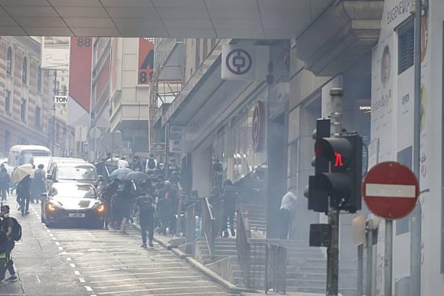 部分示威者上斜路離開。(黃偉邦攝)