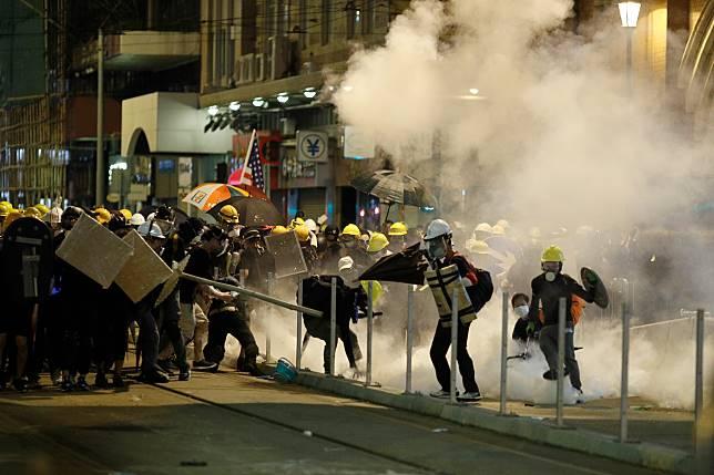 ▲元朗大批白衫人手持鐵枝和長棍,追打市民,有市民被打至爆血。(圖/美聯社/達志影像)