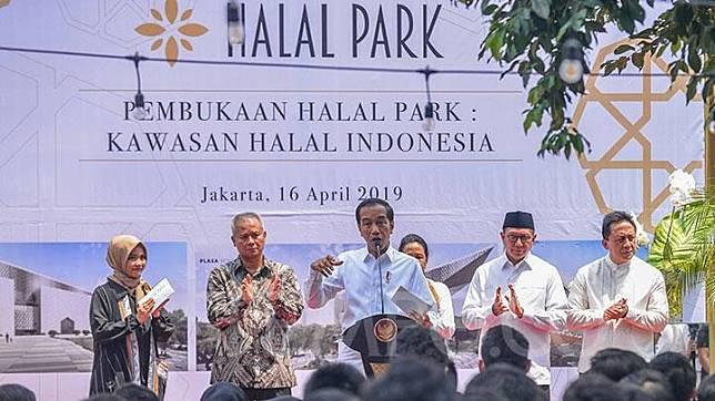 Presiden Joko Widodo alias Jokowi resmi membuka Halal Park, di kawasan Stadion Utama Gelora Bung Karno (GBK), Senayan, Jakarta, Selasa, 16 April 2019. Jokowi mengatakan pemerintah menargetkan kunjungan wisatawan halal ke Indonesia sebesar 5 juta orang pada 2019. TEMPO/Tony Hartawan