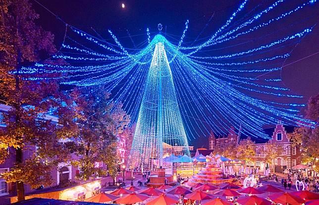 豪斯登堡有15米高的華麗聖誕樹,絕對稱霸九州。(互聯網)