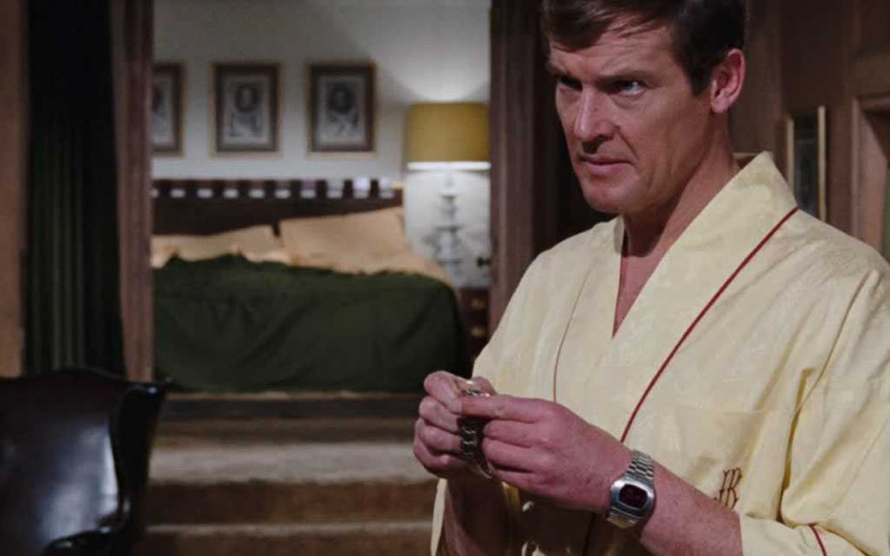 著名演員Roger Moore曾於經典諜報片《007》中,佩戴HAMILTON「Pulsar」系列腕錶的P2錶款。(圖片來源╱網路)