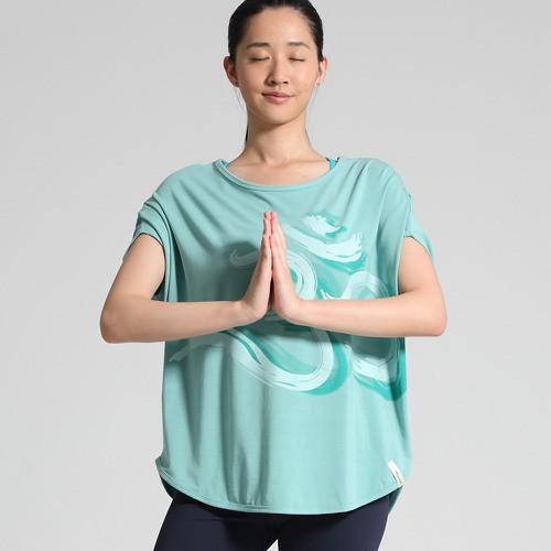 / 舒適寬版上衣-草綠 110621-440 / OM是心靈與環境共鳴的聲音... 寬鬆舒適的版型 適合不同身型的瑜珈練習者 吸汗透氣,給身體無限延伸的空間 給您舒適感十足的瑜珈生活 顏色:草綠 材質