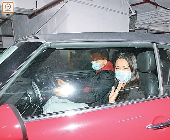受訪後,千雪登上紅色座駕離開。