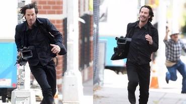基努李維偷走狗仔的攝影機狂奔?帥氣跑姿爆紅被網友瘋傳!