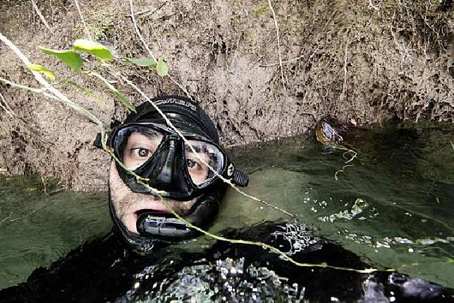 Fotografer berfoto selfie dengan ular anaconda hijau di Brasil.[Mediadrumimages/JorgeCerveraHaus/Mirror.co.uk]
