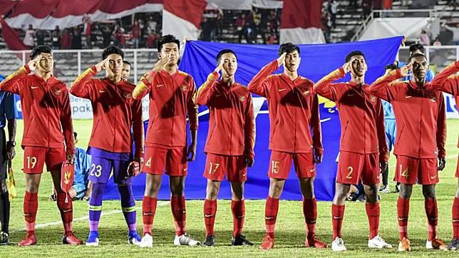 Pemain Timnas Indonesia U-16 menyanyikan lagu Indonesia Raya sebelum pertandingan melawan Timnas Brunei Darussalam U-16 pada laga kualifikasi Piala AFC U-16 2020 di Stadion Madya, Jakarta, Jumat 20 September 2019. ANTARA FOTO/Galih Pradipta