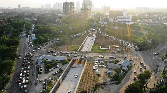 Underpass Mayjend Sungkono menjadi salah satu penambahan infrastruktur untuk memperlancar arus logistik.