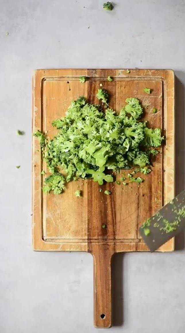 把紅、橙、黃、綠、紫色的蔬菜切粒。 (互聯網)