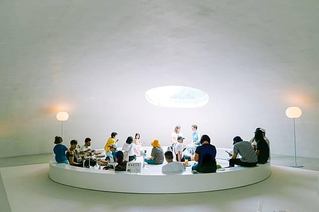美術館旁的咖啡店,猶如美術館的縮小版。前往這兒的遊人,大多都會進內吃點東西和選購紀念品。