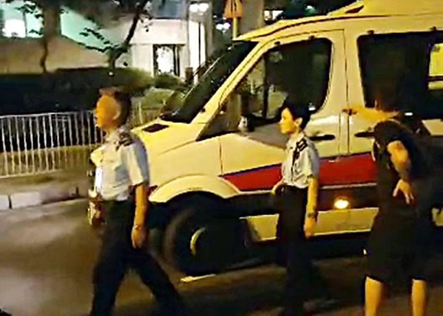 涉事警車駛走,被撞男子指罵車長不顧而去。(互聯網)