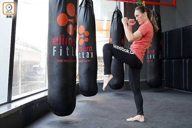 將踢腿的左腳膝蓋遞起,右腳站穩作支撐。(張群生攝)
