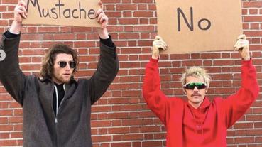國外「抗議瑣碎小事」爆紅的小哥,竟請到 Justin Bieber 一起舉牌!?看完牌子上的字網友笑到跪了~