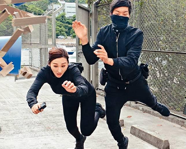 高海寧(左)飛撲傷手被黎諾懿(右)嘲笑。