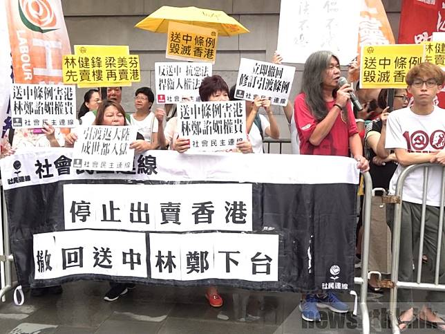 民陣成員到行政長官林鄭月娥出席活動場地外示威,要求撤回《逃犯條例》修訂草案。(李肇庭攝)