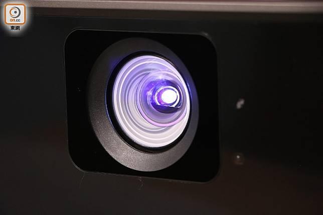 設有短投鏡頭,只需1.77米就能投影到100吋巨幕。(盧展程攝)
