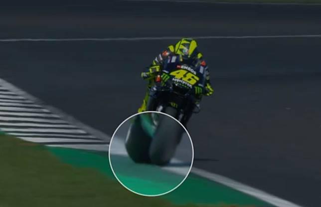 Valentino Rossi dinilai tak melanggar trek limit setelah diperiksa detail melalui photo-review di FP2 MotoGP Inggris