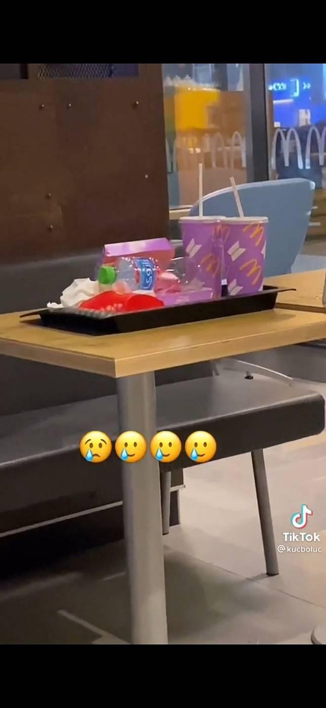 Di Dubai, Kemasan BTS Meal dibuang di tempat sampah. (Dok. TikTok)