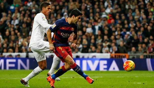 Pemain Barcelona, Luis Suarez (kanan), mencetak gol keduanya ke gawang Real Madrid dalam laga El clasico di stadion Santiago Bernabeu, Madrid, Spanyol, 22 November 2015. Suarez mencetak dua gol dalam laga ini. Reuters/Sergio Perez