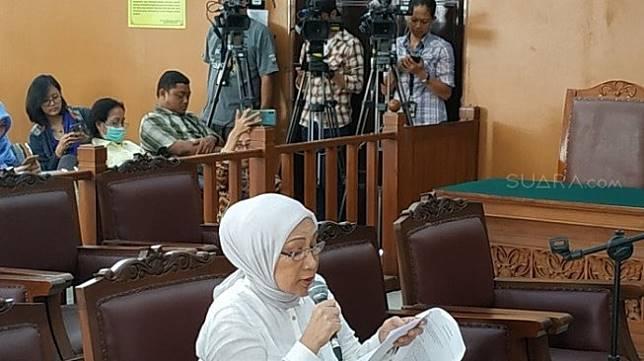 Terdakwa Ratna Sarumpaet saat membacakan pleidoi di PN Jakarta Selatan. (Suara.com/Fakhri)