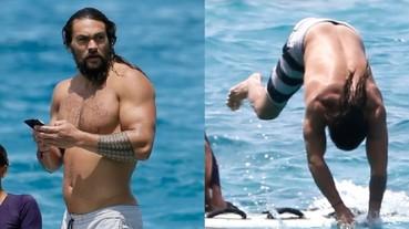 這身材太帥!傑森摩莫亞秀絕佳肌肉線條跳海潛水 網友讚:他是真正的水行俠!