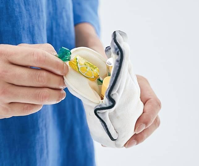 白色蠔肉收納包,可用來放置糖果、唇膏等小物。 (互聯網)