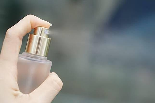 距離臉部30~40cm均勻噴灑,待乾後再上妝就可以了, 但切忌噴得太多,以免化妝品被過度溶解。(互聯網)