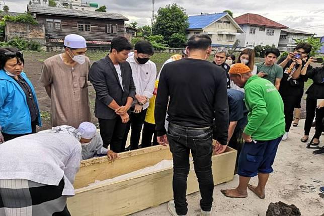 สุดอาลัย'คนสนิท'ร่วมพิธีฝังศพ 'นาธาน โอมาน'ตามหลักอิสลาม