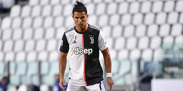Ekspresi Cristiano Ronaldo sebelum mengeksekusi tendangan bebas ke gawang Torino, Sabtu (4/7/2020) (c) AP Photo