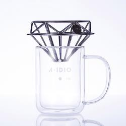 ◎鑽石咖啡濾杯,獨創雙層支架濾杯|◎無須底座,錐型濾紙可完全服貼|◎搭配雙層玻璃杯,享受精品咖啡品牌:A-IDIO類型:配件種類:濾杯主材質:玻璃,不鏽鋼材質說明:品名:A-IDIO鑽石咖啡濾杯容量: