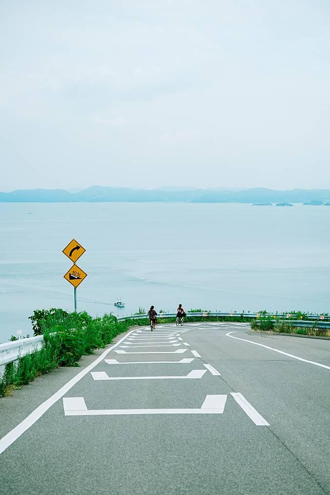 首先是海邊斜坡,有「往下走就是海」的錯覺!
