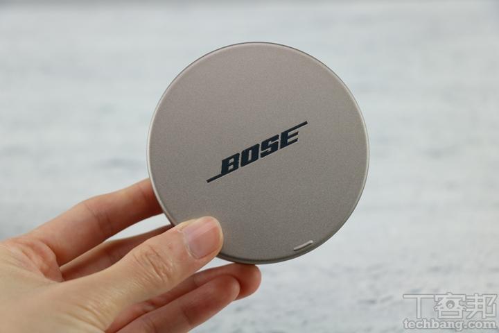 針對充電盒外觀,Bose Sleepbuds II 外盒採用鋁金屬材質,並以霧面質感打造,正上方刻有亮面 Bose Logo,看起來十分精緻。