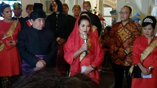 Guruh Soekarno Putra (kiri) dalam perayaan hari ulang tahunnya di Wisma Fatmawati Soekarno, Jakarta, pada Sabtu malam, 13 Januari 2018.